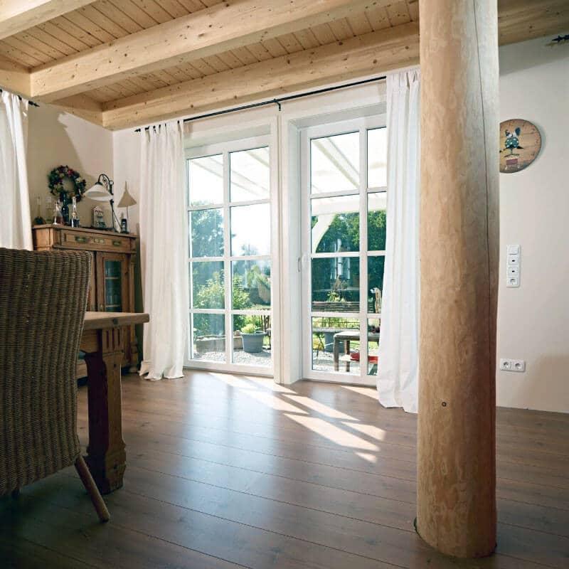 Wohnraum mit Sprossenfenstern Terrassentür