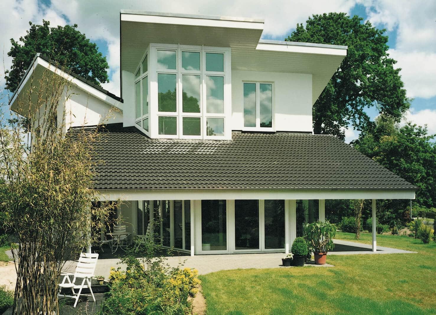 Haus_weiße_Fenster_Garten