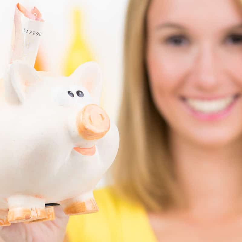 Sparschwein mit Frau